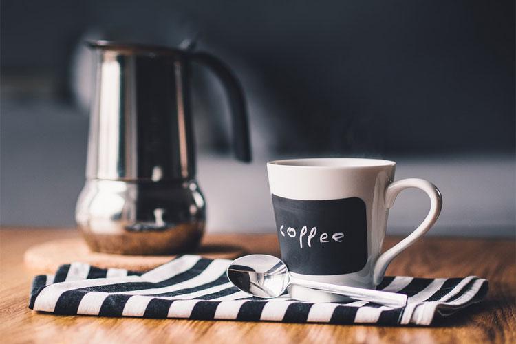 comment-faire-du-café-sans-cafetière-cuillère-doseur-café-comment-faire-un-bon-café-percolateur-café-filtre-individuel-comment-faire-un-bon-café-expresso-faire-un-bon-café-piston-faire-son-café-à-l'ancienne-macchinetta-les-différentes-façon-de-faire-du-café-cafetière-en-verre-type-chemex-comment-utiliser-une-cafetière-italienne-comment-utiliser-une-cafetière-à-piston